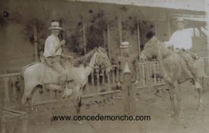 Figura 4. Manuel Quesada Bastos de pie posando con su cuñado Rafael Zumbado (jinete a la izquierda) y un desconocido. Foto tomada en la casa de Manuel y Perfecta en Chaparral muy probablemente en la primera mitad de la década de 1930 (Quesada Alpízar 2015).