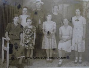 Figura 5. Foto tomada en un paseo a San José. De izquierda a derecha: Marta, Augusto, Francisca, Manuel, Esmeralda, Perfecta, Isolina y Virginia. Se estima que fue tomada alrededor de 1935 (Quesada Alpízar 2015).